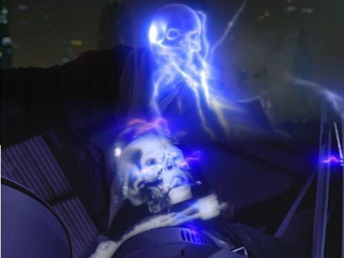 22 - Esqueleto iluminado por los Rayos de Fuerza